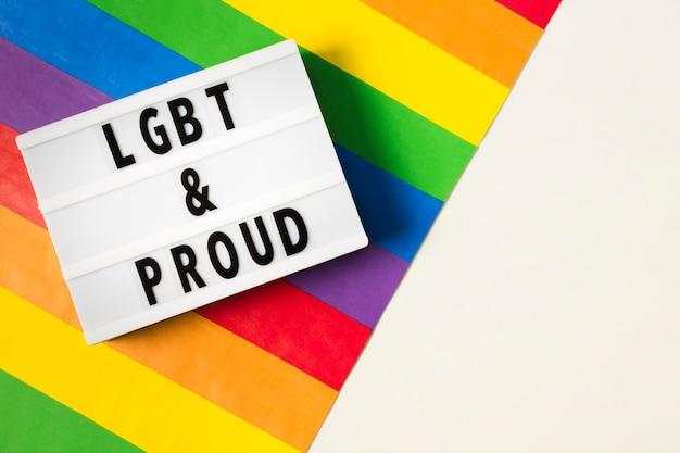 Concepto lgbt y orgulloso con colores del arco iris Foto gratis