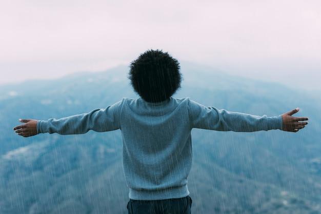 Concepto de libertad con senderista en montaña Foto gratis