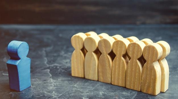 El concepto de un líder empresarial. el jefe de pie frente al equipo y da instrucciones. Foto Premium