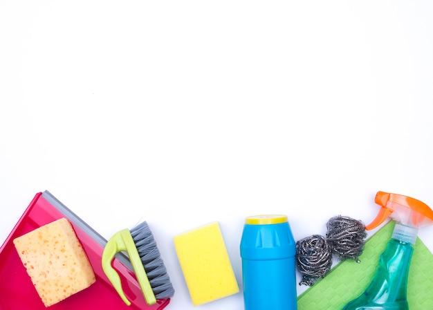 Concepto de limpieza del hogar con productos de limpieza Foto gratis