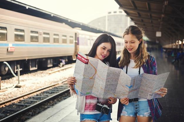 Concepto del mapa del día de fiesta del lugar frecuentado de la amistad de las muchachas que viaja Foto Premium