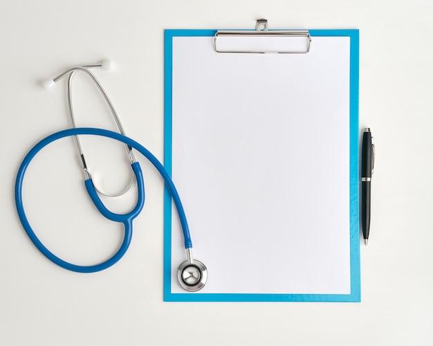 Concepto de medicina de estetoscopio y clibboard, vista superior de cerca Foto Premium