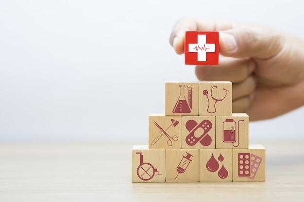Concepto médico y de salud del bloque de madera. Foto Premium