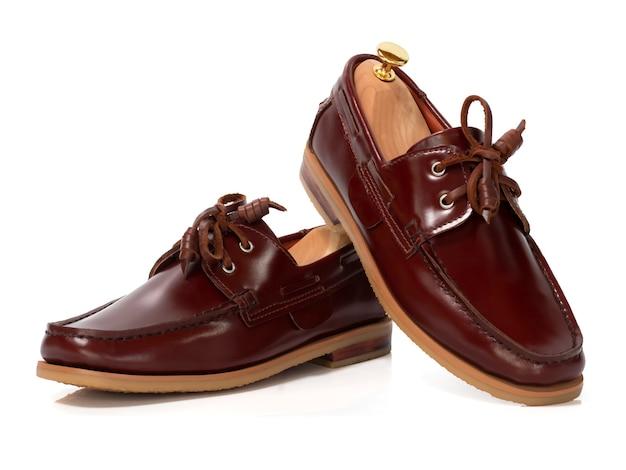 Concepto de moda masculina. zapatos de barco de cuero marrón aislados en blanco. Foto Premium