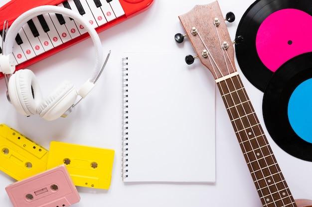 Concepto de música lay flat sobre fondo blanco. Foto gratis