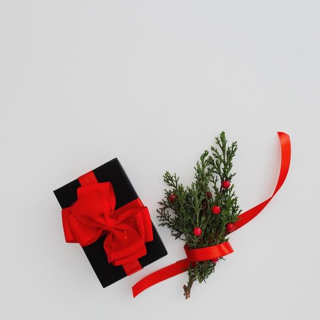 Concepto de navidad con caja de regalo negra Foto gratis