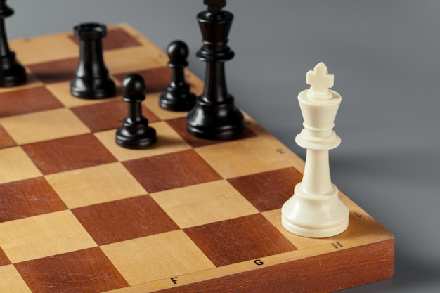 Concepto de negocio de ajedrez a bordo Foto Premium