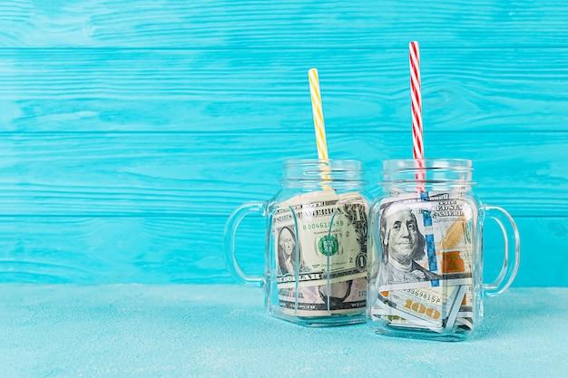Concepto de negocio. dinero en frasco. crisis, devaluación, ahorrar dinero. Foto Premium