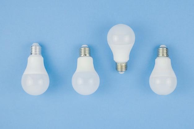 Concepto de negocios con bombillas de luz Foto gratis