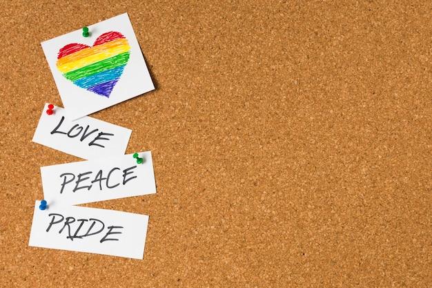 Concepto de orgullo gay en el fondo del corcho Foto gratis