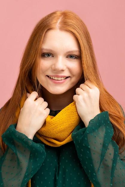 Concepto de otoño con mujer con bufanda Foto gratis