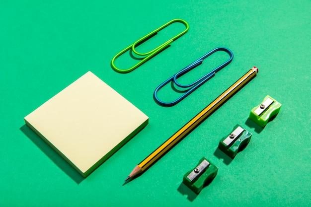 Concepto de papelería con notas adhesivas de alta vista Foto gratis