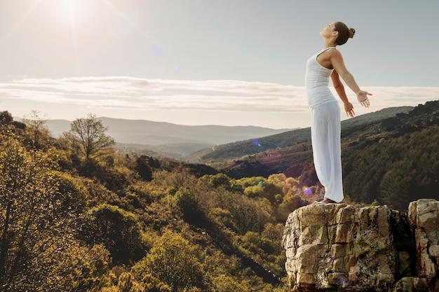Concepto de paz con mujer en la naturaleza Foto Premium