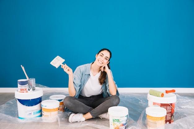 Concepto de pintura con mujer sentada Foto gratis