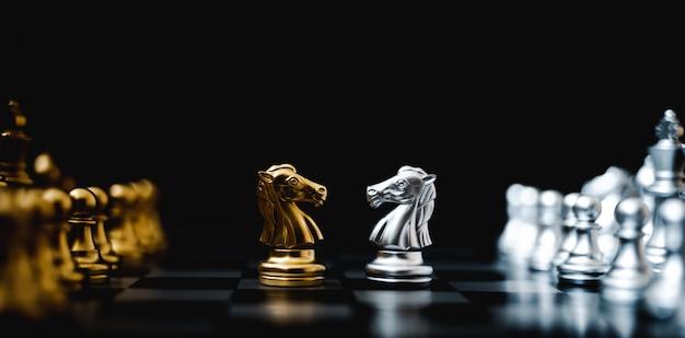 Concepto de plan de estrategia y competencia empresarial. juego de tablero de ajedrez color oro y plata. imagen panorámica Foto Premium