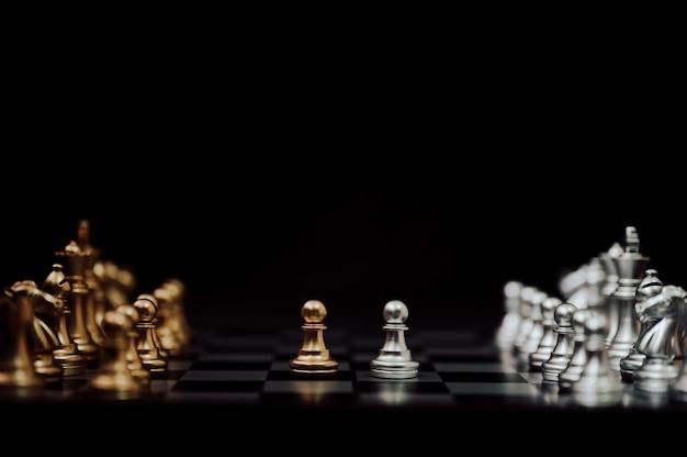 Concepto de plan de estrategia y competencia empresarial. juego de tablero de ajedrez color oro y plata Foto Premium
