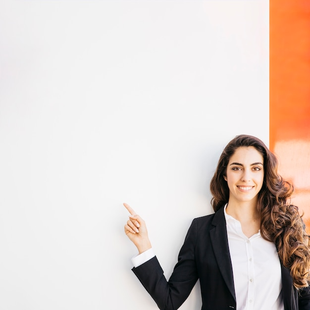 Concepto de presentación con mujer de negocios feliz Foto gratis