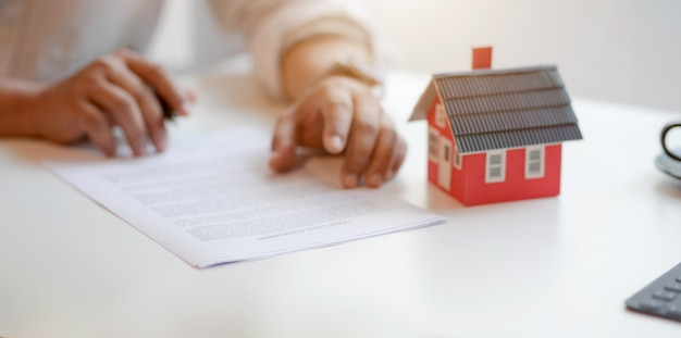 Concepto de propiedad inmobiliaria: contrato de firma del cliente sobre acuerdo de préstamo hipotecario Foto Premium