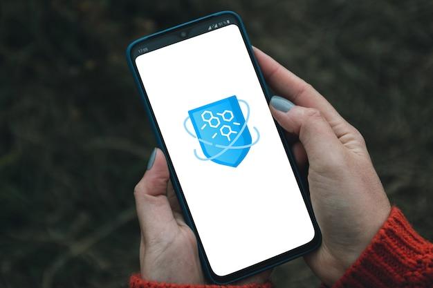 Concepto de protección cibernética. icono de escudo de programa antivirus virtual en teléfono inteligente Foto Premium