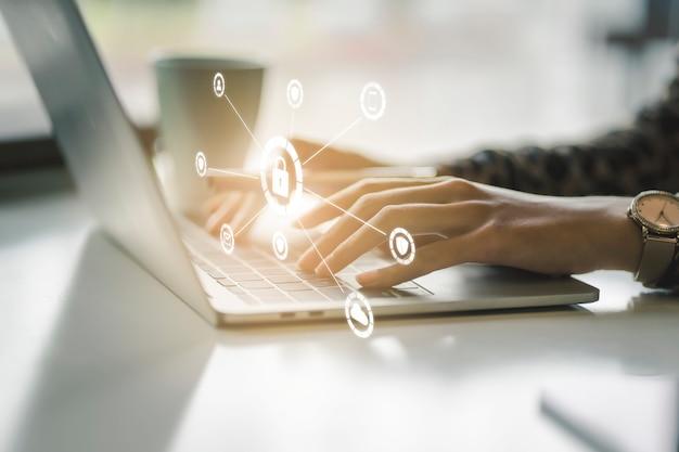 Concepto de protección de datos y seguridad de red. escudo de luz brillante en la mano de mujer de negocios para internet cortafuegos proteger, seguro o limpiador de virus informático. Foto Premium