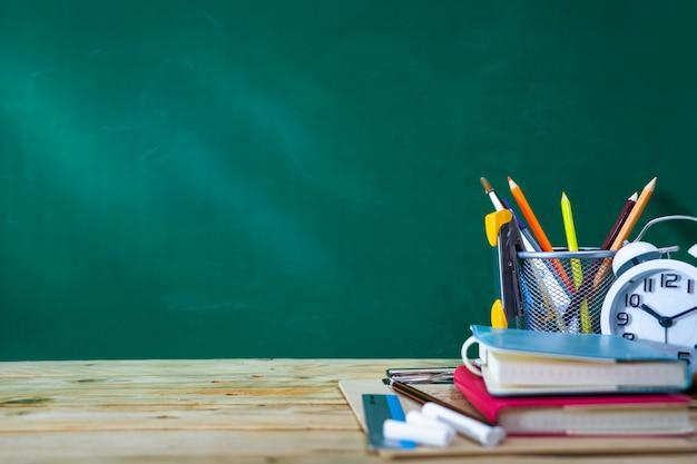 Concepto de regreso a la escuela. lápiz de color y suministros en mesa de madera Foto Premium