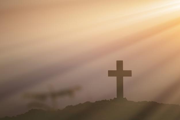 Concepto de resurrección: crucifixión de jesucristo, cruz al atardecer Foto gratis