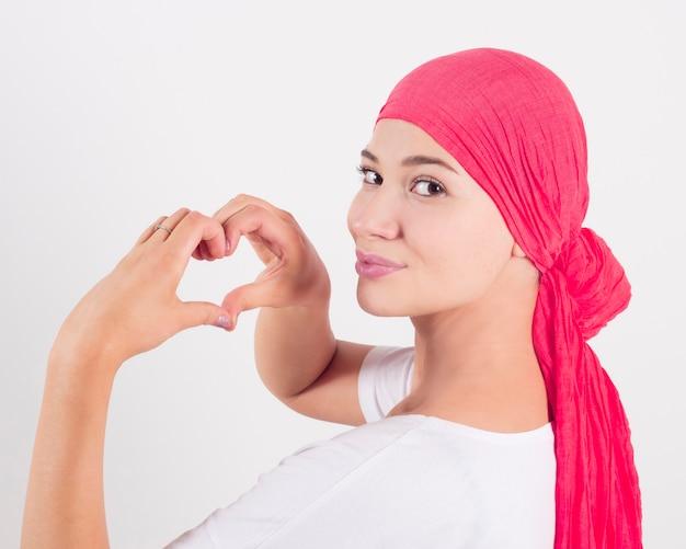 Concepto de salud, medicina y cáncer de mama - mujer haciendo gesto de corazón con las manos Foto Premium