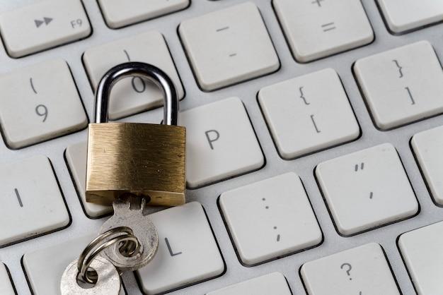 Concepto de seguridad informática / internet con un candado en un teclado Foto Premium