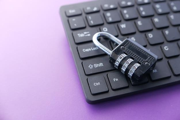 Concepto de seguridad en internet con candado en el teclado de la computadora Foto Premium