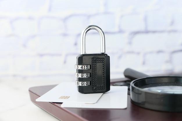 Concepto de seguridad de internet y seguridad con candado en el teclado de la computadora Foto Premium