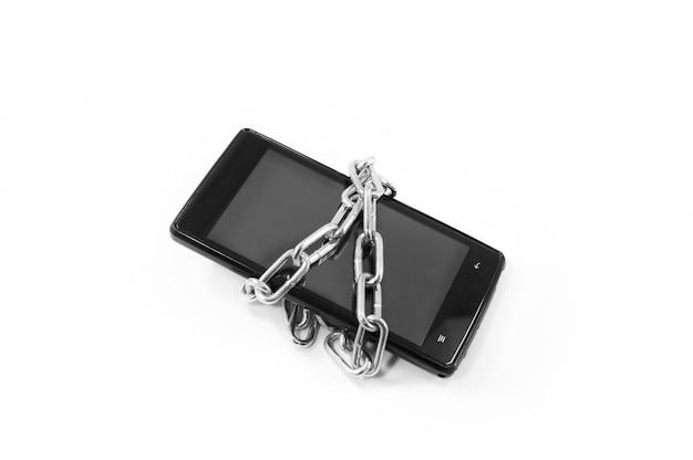 Concepto de seguridad y protección de datos personales. enlace de cadena de metal con en el teléfono inteligente Foto Premium