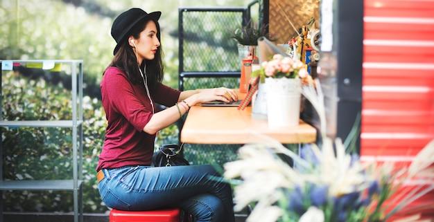Concepto social de la tecnología del establecimiento de una red de las comunicaciones globales del ordenador portátil de la mujer Foto Premium