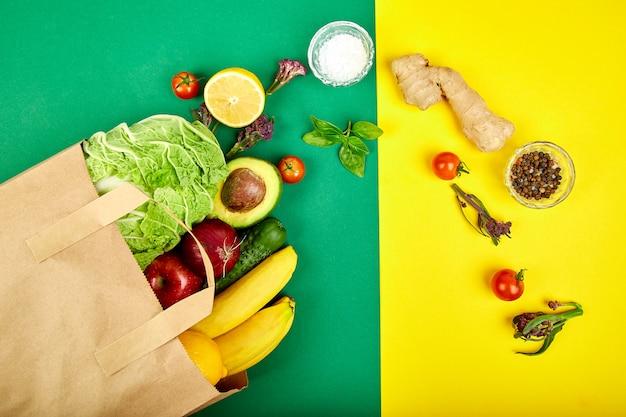 Concepto de tienda de comestibles. bolsa de papel llena de diferentes frutas. Foto Premium