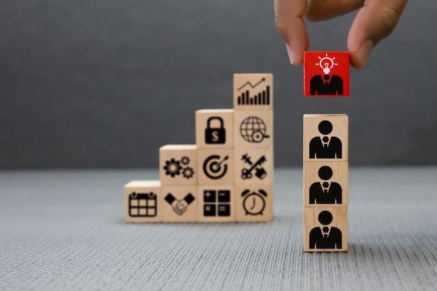 Concepto de trabajo en equipo, negocio y liderazgo de bloques de madera. Foto Premium