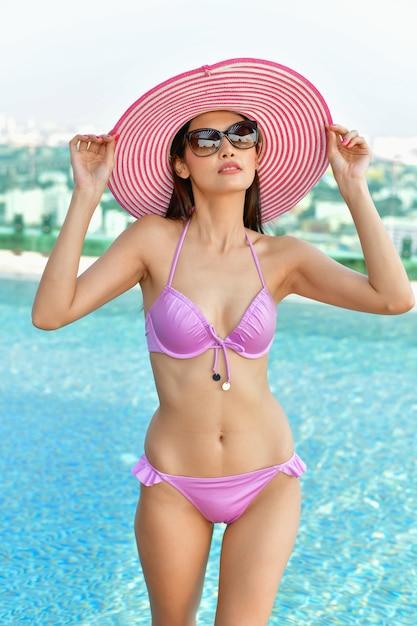 7f19db0761f0 Concepto de traje de baño. hermosa chica con traje de baño rosa ...