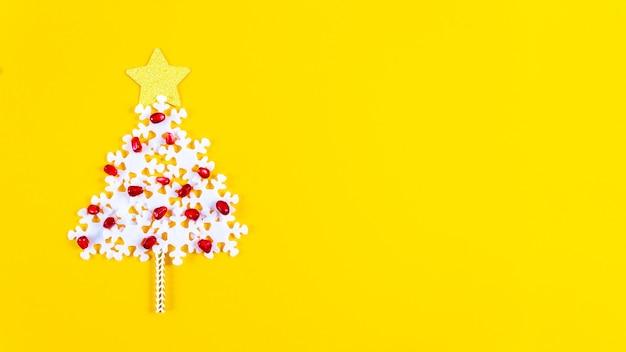 Concepto de vacaciones. banner de navidad con árbol creativo. Foto Premium