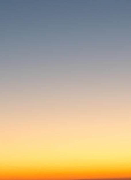 Concepto de vacaciones de verano, desenfoque abstracto fondo de cielo degradado al atardecer Foto Premium