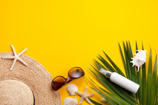 Concepto de vacaciones de verano plano. accesorios de playa vista superior Foto Premium