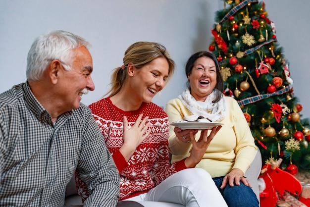 Concepto de valores familiares y ambiente festivo. Foto Premium