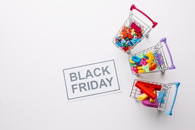 Concepto de venta de carros de compras de viernes negro Foto gratis
