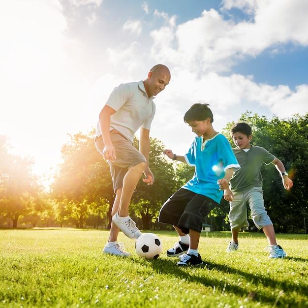 Concepto de verano de la actividad del padre hijo del fútbol campo Foto Premium