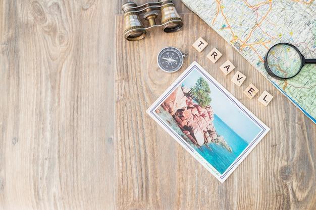 Concepto de viajar con composición de varios elementos Foto gratis
