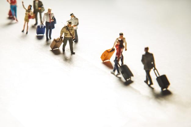 Concepto de viaje con grupo de viajeros en miniatura Foto gratis