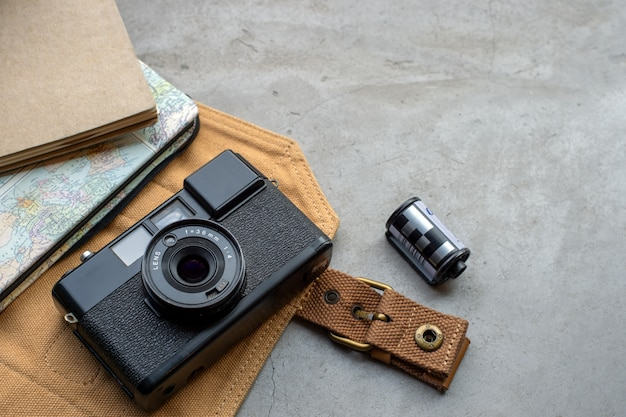 Concepto de viaje. con películas antiguas para cámaras, mapas, libros y accesorios de viaje Foto Premium