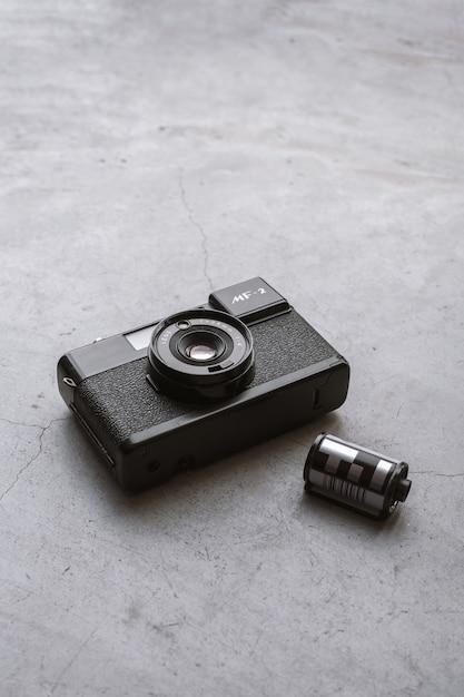 Concepto de viaje. con viejas películas de cámara en piso de cemento Foto Premium