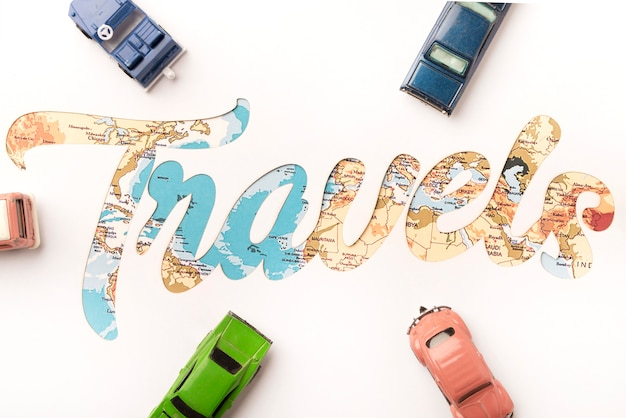 Concepto de viaje de vista superior con coches de juguete Foto gratis