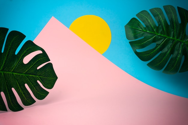 Concepto de viajes y vacaciones. montañas y sol de papel de colores. concepto minimalista creativo Foto Premium