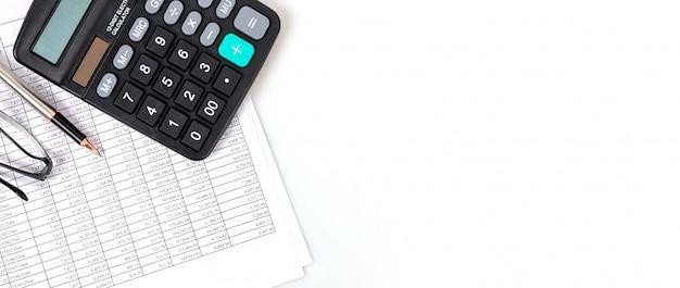 Conceptos financieros, tablas de números financieros y calculadoras. Foto Premium