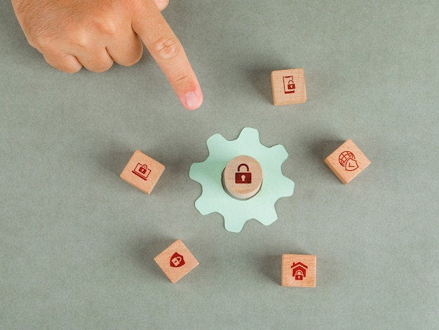 Conceptual de privacidad de datos apuntando con la mano del hombre. con bloques de madera, icono de configuración de papel. Foto gratis