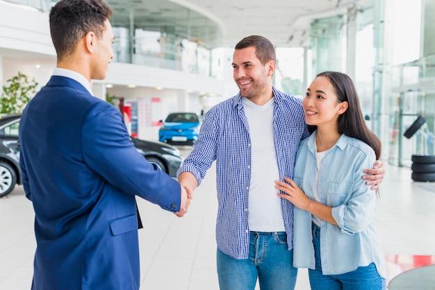 Concesionario de coches hablando a clientes Foto gratis